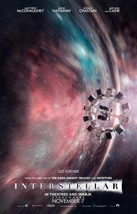 """ใบปิดหนัง Interstellar เห็นยาน Endurance กำลังเข้าใกล้ช่องเปิดที่เป็นรูปทรงกลมของ """"รูหนอน"""" หรือ wormhole ที่เปิดไปยังอีกกาแล็กซี่หนึ่ง"""